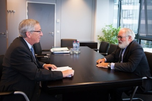 Discussion between Miguel Arias Cañete, on the right, and Jean-